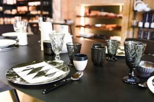 la maison francaise epicerie fine et restaurant salon de thé aix en provence vaisselle