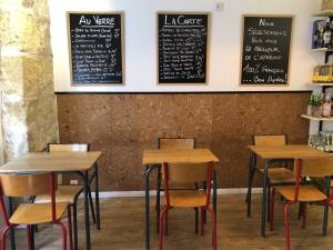 L'Aperitif français, deli and wine store in Aix-en-Provence (tables)