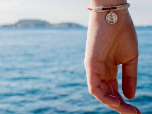Sauvage, bijoux et accessoires issus du recyclage de déchets marins (bracelet +medaille)