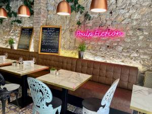 Le Quatre, cuisine de partage et produits régionaux à Aix (banquettes)