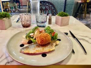 Le Quatre, cuisine de partage et produits régionaux à Aix (salade de poisson)