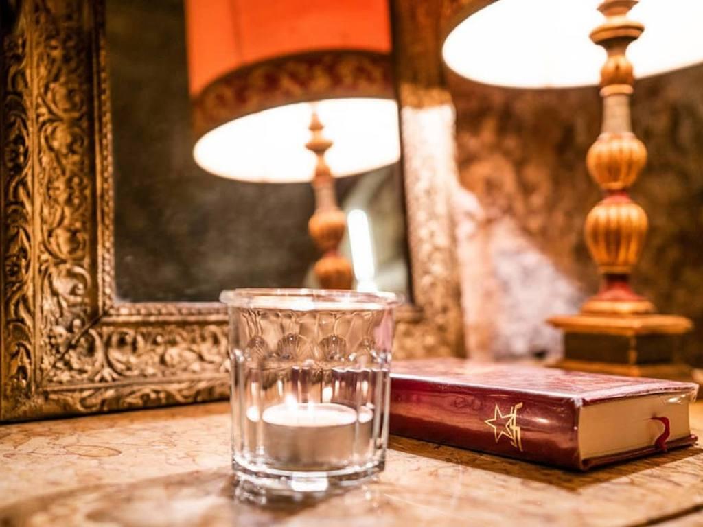 Librairie, café, restaurant de l'Hôtel Boyer d'Eguilles, librairie à Aix-en-Provence (livre et verre)