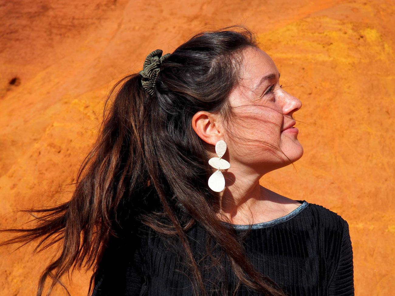 Helka, bijoux à Aix-en-Provence : modèle portant des boucles d'oreilles blanches